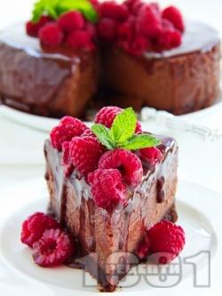 Шоколадов чийзкейк с маскарпоне, какао, заквасена сметана, малини и шоколадов топинг (печен на водна баня) - снимка на рецептата